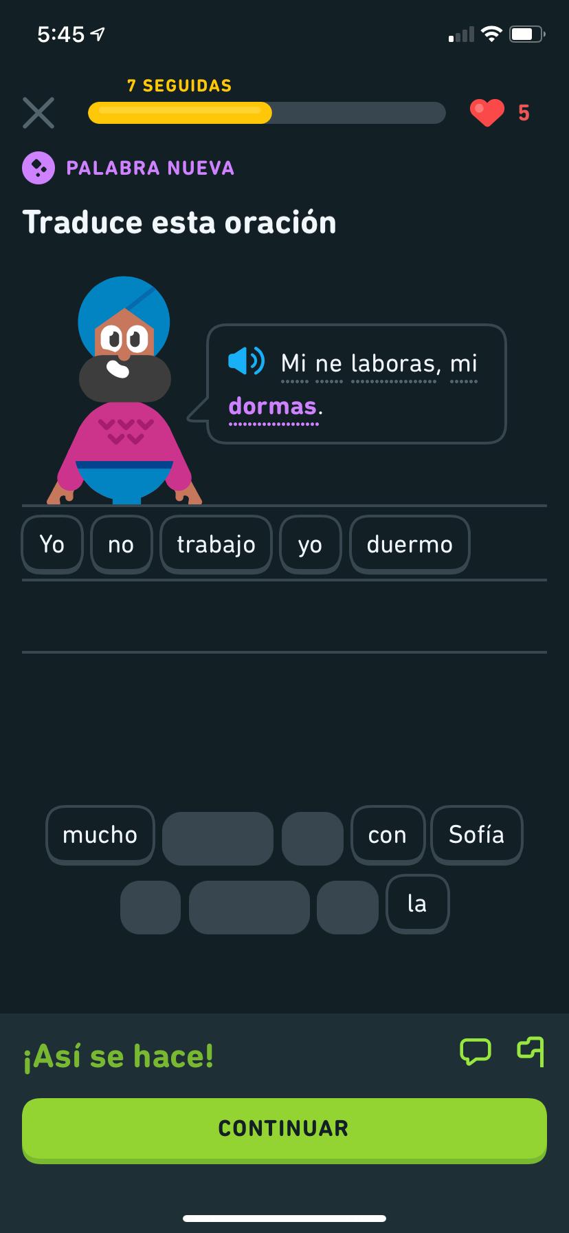 """Captura de pantalla de un ejercicio del curso de esperanto de Duolingo. El personaje de Duolingo, Vikram, dice en esperanto: """"Mi ne laboras, mi dormas"""", que significa """"Yo no trabajo, yo duermo"""", y la traducción está en un banco de palabras justo abajo."""