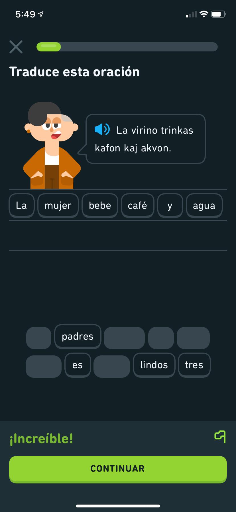 """Captura de pantalla de un ejercicio del curso de esperanto de Duolingo. El personaje de Duolingo, Lin, dice en esperanto: """"La virino trinkas kafon kaj akvon"""", que significa """"La mujer bebe café y agua"""", y la traducción está en un banco de palabras justo abajo."""